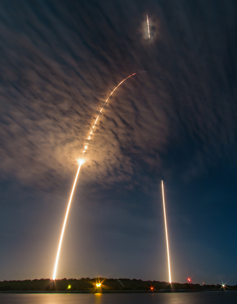 Falcon 9 departure on the left, first stage return on the right     ©Michael Seeley